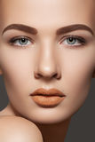 El modelo de la belleza con las cejas naturales y los labios construyen Imagenes de archivo