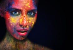 El modelo de la belleza con el polvo colorido compone foto de archivo libre de regalías