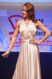 El modelo de la figura femenina en vestido de noche muestra su mejor Imágenes de archivo libres de regalías