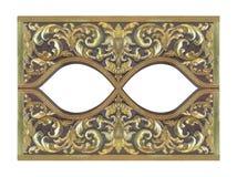 El modelo de la flor de madera del oro talló en el fondo de madera Imágenes de archivo libres de regalías