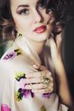 El modelo de la muchacha mira con el pelo rizado Imágenes de archivo libres de regalías