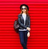 El modelo de la mujer bastante joven de la moda en estilo negro de la roca se coloca sobre rojo vacío Fotos de archivo libres de regalías