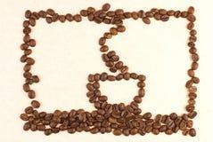 El modelo de la taza de café compone por el grano de café Foto de archivo