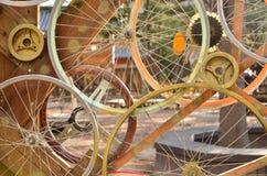 El modelo de las ruedas de bicicleta adorna al fondo Fotografía de archivo libre de regalías