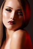 El modelo de lujo de la mujer con los labios retros de la manera construye Fotografía de archivo