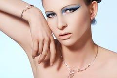 El modelo de lujo de la mujer, forma la joyería brillante elegante Foto de archivo libre de regalías