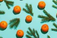El modelo de mandarinas y del abeto ramifica en la tabla de la aguamarina Fondo del Año Nuevo Visión superior Imagenes de archivo