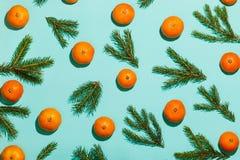 El modelo de mandarinas y del abeto ramifica en la tabla de la aguamarina Fondo del Año Nuevo Visión superior Imágenes de archivo libres de regalías