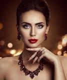 El modelo de moda Beauty Makeup y la joyería, cara de la mujer componen Imágenes de archivo libres de regalías