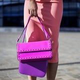 El modelo de moda con el embrague en vestido rosado presenta fotografía de archivo