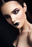 El modelo de moda de la belleza Girl con negro compone oscuro foto de archivo libre de regalías