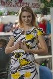 El modelo de moda en amarillo mezclado, el blanco y el negro se visten Fotos de archivo