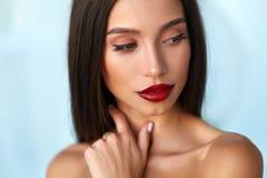 El modelo de moda Girl With Beauty hace frente, maquillaje hermoso, labios rojos foto de archivo libre de regalías