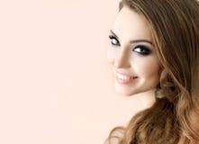 El modelo de moda hermoso con compone, piel fresca perfecta y Lon Imagen de archivo libre de regalías
