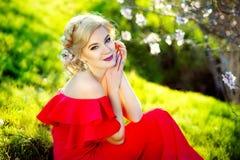 El modelo de moda hermoso de la mujer con la primavera florece fondo Mujer de la belleza de primavera con las flores del manzano Imagen de archivo