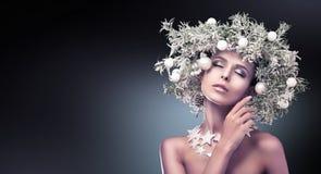 El modelo de moda de la belleza Girl con el abeto ramifica decoración foto de archivo