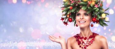 El modelo de moda de la belleza Girl con el abeto ramifica decoración imágenes de archivo libres de regalías
