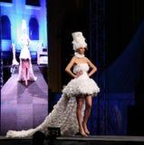 El modelo de moda lleva un vestido corto blanco Imagenes de archivo
