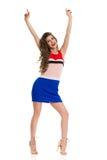 El modelo de moda In Mini Dress And High Heels está presentando con los brazos aumentados fotos de archivo libres de regalías