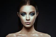 El modelo de moda Woman con fantasía compone Pelo marrón de largo que sopla imagen de archivo