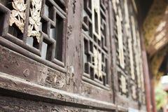 El modelo de oro chino en el ` s de la ventana Shutters fotografía de archivo