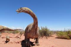 El modelo de un dinosaurio en la arena Fotos de archivo libres de regalías