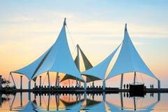 El modelo del edificio está en la arena pública de la costa Fotos de archivo libres de regalías