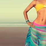 El modelo del encanto en traje de baño y accesorios tiende la estación de la playa Foto de archivo libre de regalías