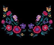 El modelo del escote del bordado con las amapolas y el prado florece stock de ilustración