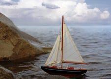 El modelo del yate en el mar Fotografía de archivo libre de regalías