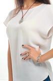 El modelo demostró la pulsera y el collar de plata elegantes del anillo encendido Foto de archivo libre de regalías