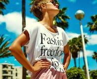 El modelo elegante atractivo de la muchacha en verano viste al aire libre Fotografía de archivo