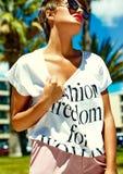 El modelo elegante atractivo de la muchacha en verano viste al aire libre Fotos de archivo