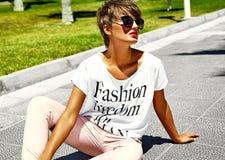 El modelo elegante atractivo de la muchacha en verano viste al aire libre Fotos de archivo libres de regalías