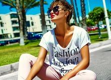 El modelo elegante atractivo de la muchacha en verano viste al aire libre Imagen de archivo libre de regalías