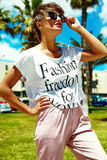 El modelo elegante atractivo de la muchacha en verano viste al aire libre Imágenes de archivo libres de regalías