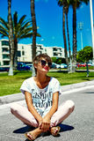 El modelo elegante atractivo de la muchacha en verano viste al aire libre Imagenes de archivo