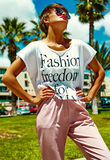 El modelo elegante atractivo de la muchacha en verano viste al aire libre Foto de archivo