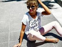 El modelo elegante atractivo de la muchacha en verano viste al aire libre Foto de archivo libre de regalías