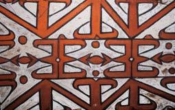 El modelo en el escudo de una tribu de Asmat del guerrero Foto de archivo libre de regalías