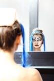 El modelo en el espejo, compone a la reina de fricción fotos de archivo