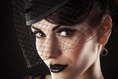 El modelo femenino con negro compone Imagenes de archivo