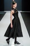 El modelo femenino en el desfile de moda Valentin Yudashkin en la semana de la moda de Moscú, otoño invierno 2016/2017 Imagen de archivo libre de regalías