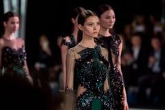 El modelo femenino en el desfile de moda Valentin Yudashkin en la semana de la moda de Moscú, otoño invierno 2016/2017 Fotografía de archivo