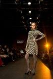 El modelo femenino en un desfile de moda en Kisileva recoge Imagen de archivo libre de regalías