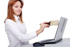 El modelo femenino es el aplicar con brocha/limpieza su computadora portátil con imagen de archivo libre de regalías
