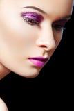 El modelo femenino hermoso, el brillo violeta ojo-hace-para arriba Imagenes de archivo