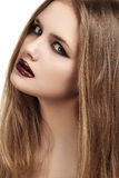 El modelo hermoso con los labios oscuros largos del lustre del pelo y del grunge construye, trazador de líneas negro Imagenes de archivo
