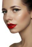 El modelo hermoso con los labios retros rojos brillantes construye Imágenes de archivo libres de regalías