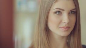 El modelo hermoso de la chica joven da entrevista almacen de video